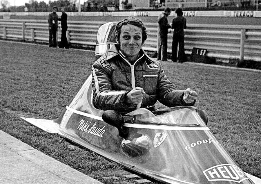 Direksiyondaki kabiliyeti kadar teknik ve motor bilgisiyle kısa sürede dikkatleri üzerine çekti. Motor ve teknik bilgisi o kadar iyiydi ki; otomobilinde yapılan geliştirmelerde mühendisler dahi Lauda'nın sözü dinler ve onun dediğini yaparlardı.