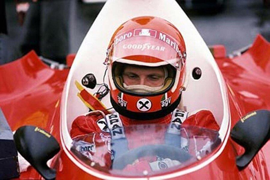 Formula 1'e adım atar atmaz o dönem büyük bir düşüş yaşanan Ferrari'yi ayağa kaldırdı. Pilotluk kariyerini, teknik ekiplerde yer aldığı eski günlerdeki tecrübeleriyle harmanlayan Lauda, işin mutfağından gelmenin avantajını şoförlük yetenekleriyle birleştirince ortaya çok özel bir pilot çıktı.