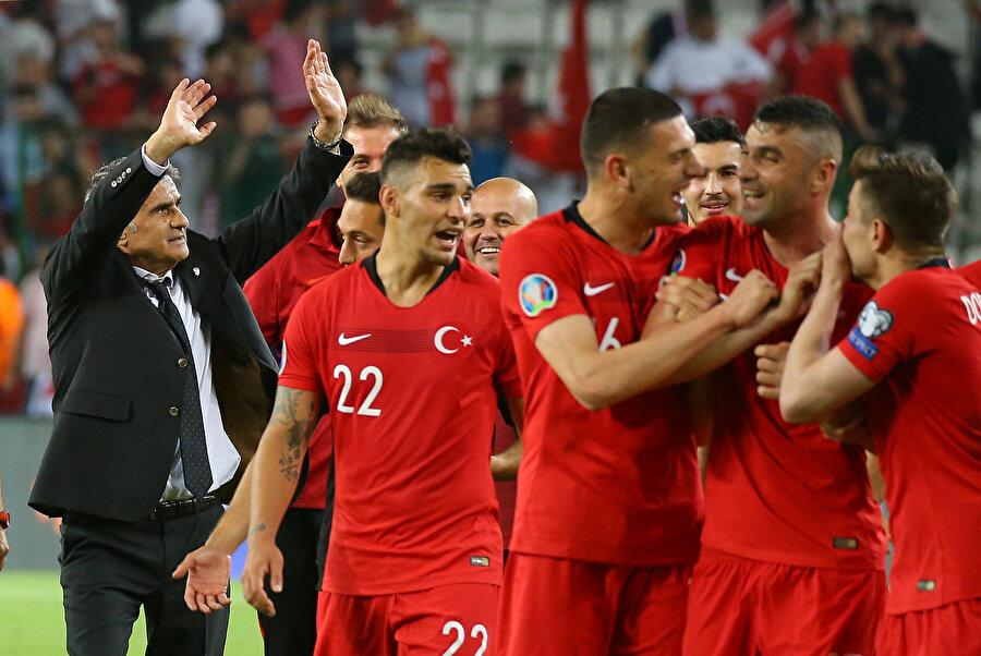 Şenol Güneş, Cumhuriyet tarihinde Türkiye A Milli Takımı'nın başında bir dönemine 5 maçlık galibiyet serisiyle başlayan ilk teknik direktör oldu.