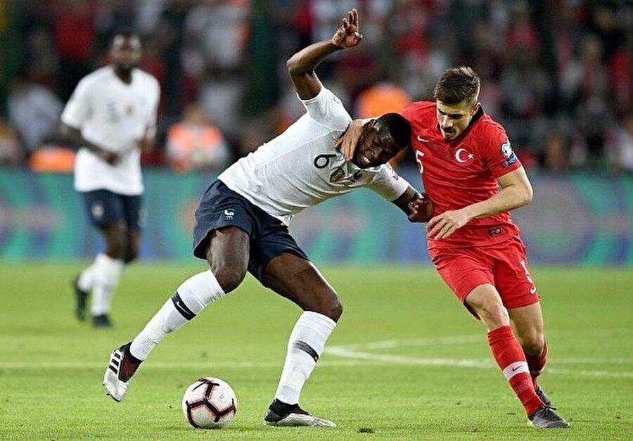 """Dorukhan Toköz, Fransızların en önemli isimlerinden olan Paul Pogba'yı adeta kilitledi. Foot Mercato, """"Dorukhan Toköz, Pogba'ya cehennemi yaşattı"""" manşeti attı."""