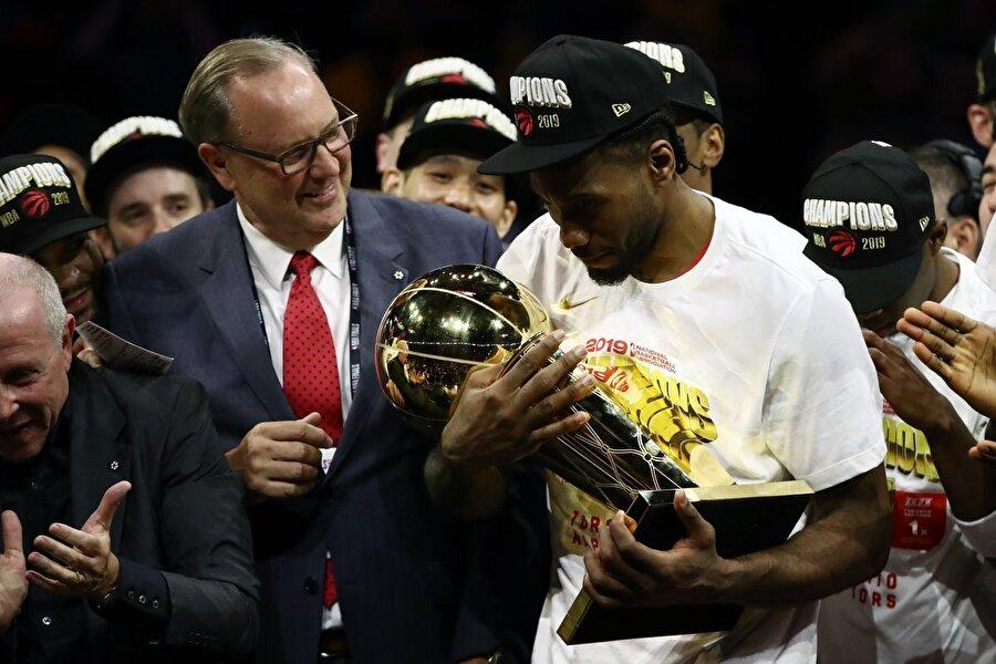 KAWHI LEONARD TARİH YAZDI                                                                                                                                                     Gösterdiği performansla takımının şampiyonluğunda en büyük pay sahiplerinden biri olan Kawhi Leonard, 2019 NBA Finalleri'nin MVP'si (En Değerli Oyuncusu) seçildi. 2014 yılında Miami Heat'i yenerek NBA şampiyonluğuna ulaşan San Antonio Spurs ile de finallerin MVP'si seçilen Leonard böylece tarihte iki farklı takımla bu ödülü kazanan üçüncü oyuncu oldu. Önceki iki oyuncu ise Kareem Abdul-Jabbar ve LeBron James.