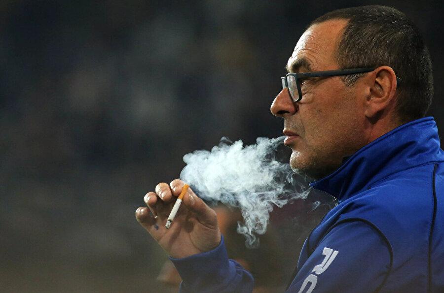 Sigara tiryakiliğiyle nam salan Maurizio Sarri, elit seviyedeki birçok antrenörden farklı bir hikayeye sahip.