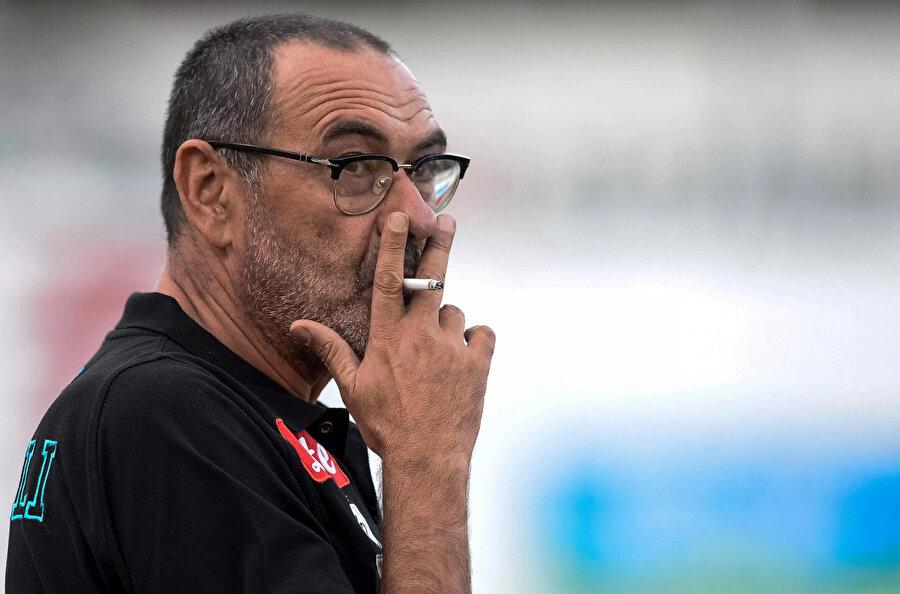 Serie D ekibi Figline'de oynadığı dönemde takımın teknik direktörü maça geç kalır. Hakem de kadroların seçilmemesi halinde maçın iptal olacağını söyler. Kriz anında inisiyatif alan Sarri, bir kadro çıkartır ve sahadan 2-1 galibiyetle ayrılır.