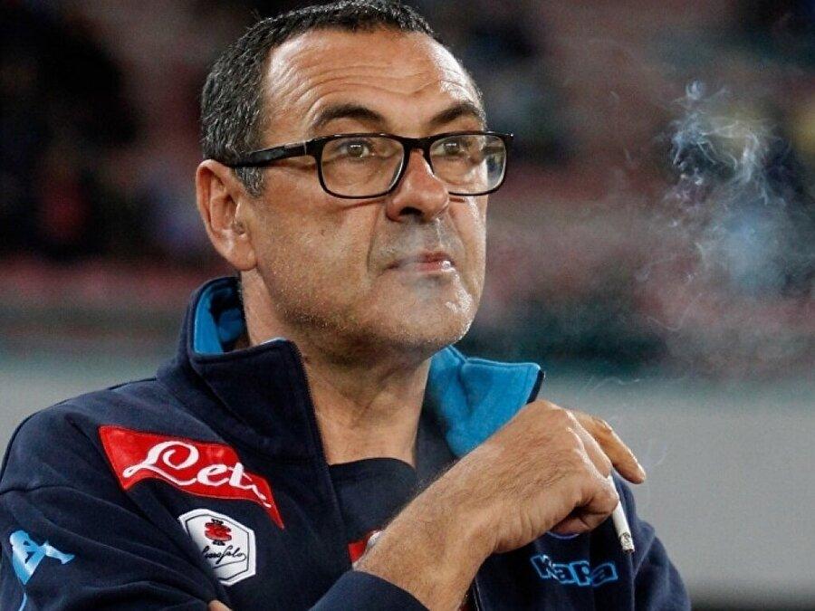 Napoli'de 2016/17 sezonunda yılın teknik direktörü seçilen Sarri, çıktığı 148 maçta 2.16 puan ortalaması yakayalarak İtalya'yı salladı.