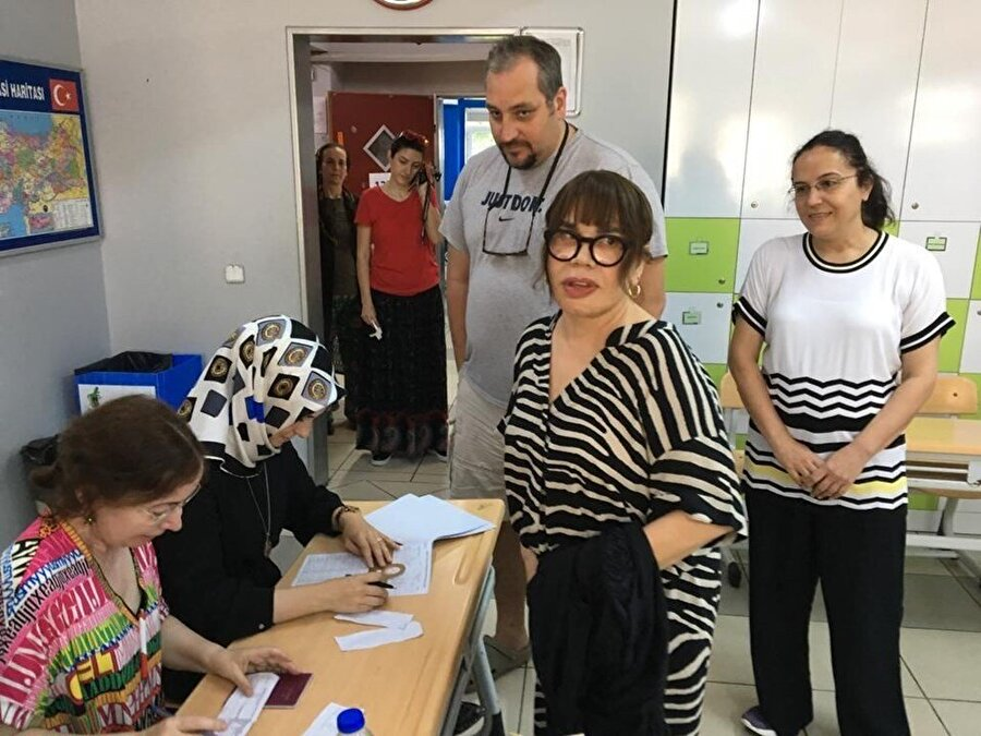 """Sezen Aksu                                                                                                                Sezen Aksu, oyunu Beykoz'daki Sedat Simavi Ortaokulu'nda kullandı. Mührü oy pusulasında biraz taşan Aksu sandık görevlilerine """"Başıma bir iş gelmeyecek değil mi?"""" diye sordu. Görevliler de """"Diğer partiye sıçramadıysa bir şey olmaz"""" dedi."""