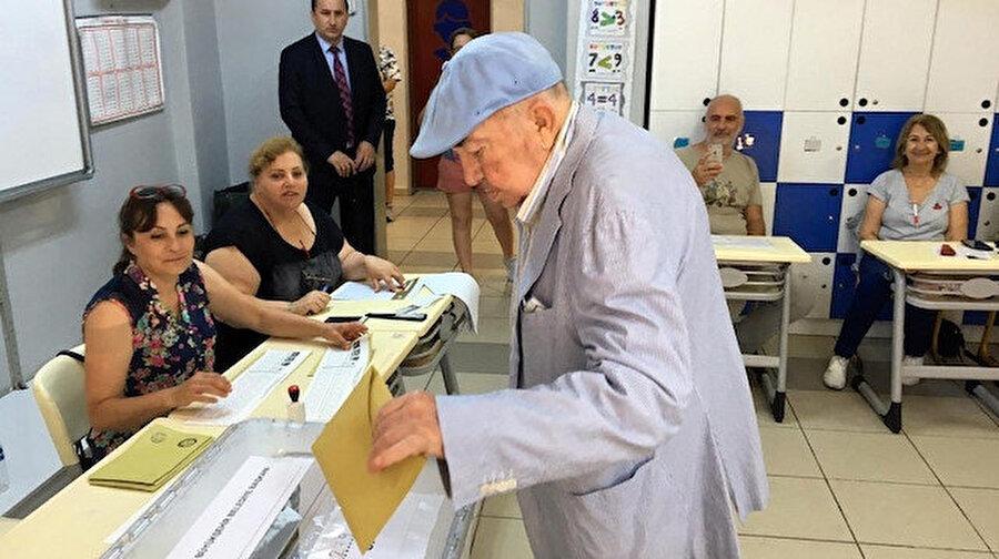 """Türker İnanoğlu                                                                                                                 Ünlü film yapımcısı ve yönetmen Türker İnanoğlu, yeniden yapılan İstanbul Büyükşehir Belediye Başkanlığı seçiminde oyunu kullanmak üzere Beykoz'daki Sedat Simavi Ortaokuluna geldi. İnanoğlu, oy verme işleminin ardından kendisini bekleyen gazetecilere, """"Tekrarlanan bir seçim için oy kullandım, ülkemiz için hayırlı olur inşallah"""" dedi.İnanoğlu, kendisiyle fotoğraf çektirmek isteyen vatandaşların da isteklerini geri çevirmedi."""