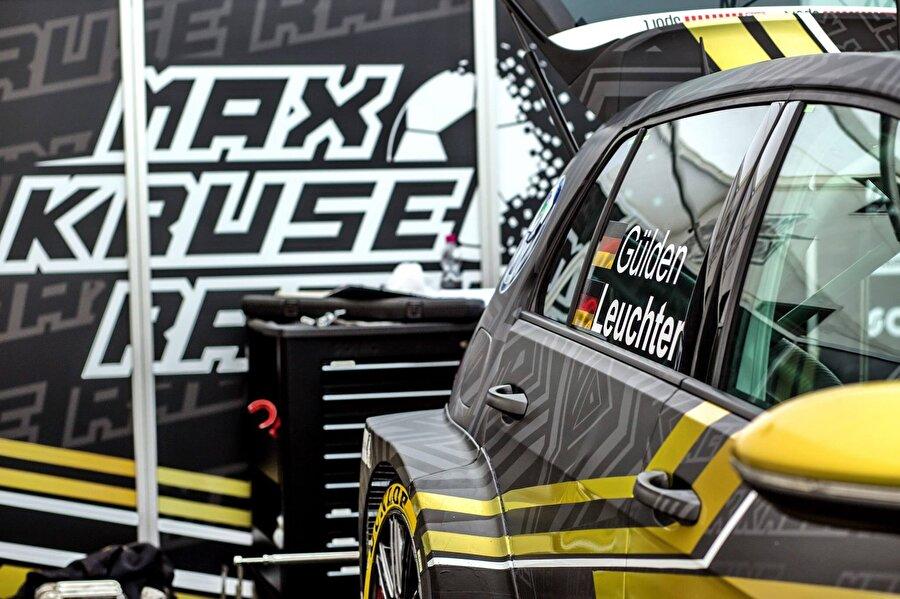 """Araba tutkusu olan yıldız oyuncunun, """"Max Kruse Racing"""" isminde bir takımı bulunuyor. Detaylar; https://www.mk10.racing/"""
