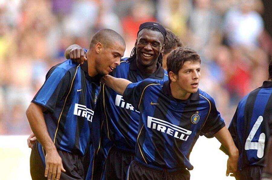Galatasaray'daki başarılı performansıyle Avrupa'daki büyük futbol kulüplerinin ilgisini çekmeyi başaran Emre 2001 yılında İtalyan devi Inter'e transfer oldu. Yıldız oyuncu 4 sezon Inter formasını terletti.