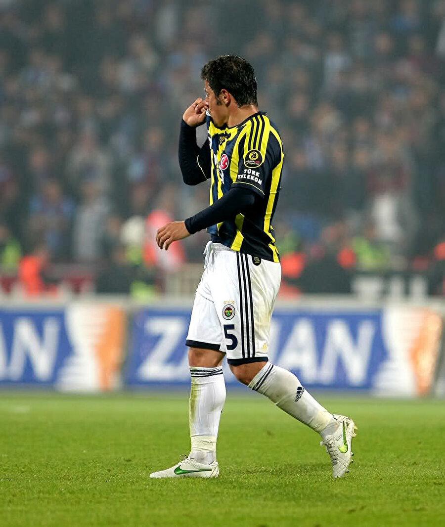 Temmuz 2008'de Emre €4,5 milyon bedel ile Fenerbahçe'ye transfer oldu. Tecrübeli olması nedeni ile Fenerbahçe'de geldiği ilk sezonda 2. kaptan oldu. Emre Belözoğlu, sarı-lacivertli formayla 2 kez ligde şampiyonluk sevinci tattı. Fenerbahçe'nin uzun yıllar hasret kaldığı Türkiye Kupası'nı kazanan kadroda da yer alan deneyimli oyuncu, bu sevinci üst üste iki kez yaşadı. Milli futbolcu, 2 kez de Süper Kupa alan kadroda yer aldı.