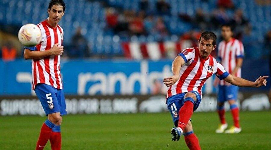 Emre Belözoğlu 31 Mayıs 2012 tarihinde Atletico Madrid ile 2 yıllık sözleşme imzaladı. 31 Ağustos 2012'de Chelsea ile oynanan ve 4-1 Atlético Madrid'in galibiyeti ile biten Süper Kupa maçı sonucunda Madrid ekibi kupayı müzesine götürmüştür. Emre böylece Galatasaray ile 2000 UEFA Süper Kupası'ndan sonra kariyerindeki ikinci Süper Kupa zaferini tatmış oldu.