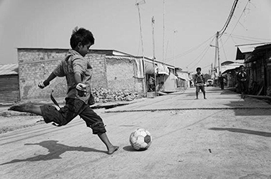 Çocukken mahallede maç yaparken hep forvette oynardı.