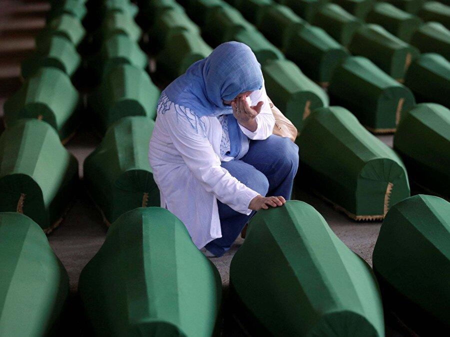 Binlerce Boşnak sistematik şekilde katledildi                                                                                                                                                                                          1992-1995 yılları arasında süren Bosna savaşı, Bosna'daki tüm toplumlar için bir trajedi oluştururken, özellikle Boşnaklar açısından ağır sonuçlara neden olmuştur. Bu savaş etnik temizlik ve soykırım kavramlarını üretmiştir. Ölen yaklaşık 200 bin kişinin 160 bini Boşnaklardan oluşmuştur (O dönemde 1.800.000 olan Boşnak nüfusun yaklaşık % 10'u). Temmuz 1995'te Srebrenica'da Sırplar tarafından 8.000 civarındaki sivil Boşnağa yapılan katliam unutulmayacak bir olaydır. Katliamda bir kısım kadın ve küçük yaşta çocuğun da öldürüldüğü belgelerle kanıtlanmıştır.    Öte yandan 2 milyon kişi mülteci durumuna düştü, evlerinden ve topraklarından oldu,  27.734 kişi resmî kayıtlara kayıp olarak geçti.  Savaş öncesi Boşnak nüfusun çoğunlukta yaşadığı ülkenin doğusundaki Srebrenitsa, Foça, Zvornik, Bratunac, Vişegrad gibi kentlerde ise yaşanan etnik temizlikten dolayı Müslüman nüfus nerdeyse yok oldu.    Boşnak nüfusun yaklaşık yarısını oluşturan bir milyon Boşnak evini terk etmek zorunda kalmıştır. Bu savaşta tecavüzün özellikle Sırp milis ve askerleri tarafından Boşnak kadınlarına karşı kitlesel ve sistematik bir etnik temizlik aracı olarak kullanıldığı belirlenmiştir. Tecavüz sadece bireylere karşı değil, grubun tüm üyelerinde kalıcı ve ciddi bedensel ve ruhsal zararlar yaratacak şekilde işlenmiştir.