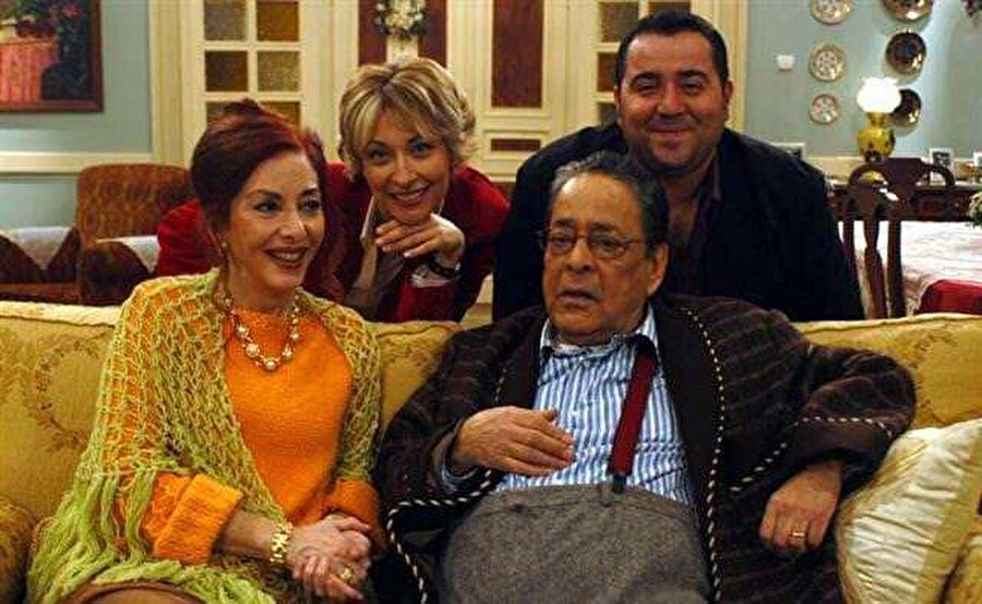 Avrupa Yakası - Tahsin Bey (Gazanfer Özcan)                                                                                                                                                                                          Eski İstanbul beyefendilerinden, evde otururken bile pantolon ve pantolon askılarına özen gösteren, herkesin çevresinden mutlaka aşina olduğu geleneksel Türk aile babasını canlandıran bir karakter olarak karşımıza çıkıyor.