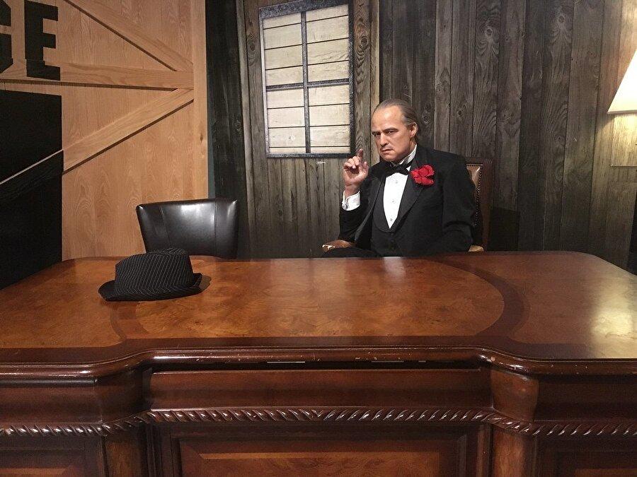 The Godfather - Don Vito Corleone (Marlon Brando)                                                                                                                                                                                          Kurduğu büyük mafya imparatorluğu içerisinde, arkadaşlarına ve özellikle ailesine bağlılık konusunda sıkı ahlaki kuralları olan bir adam olarak seyircinin karşısına çıkıyor.