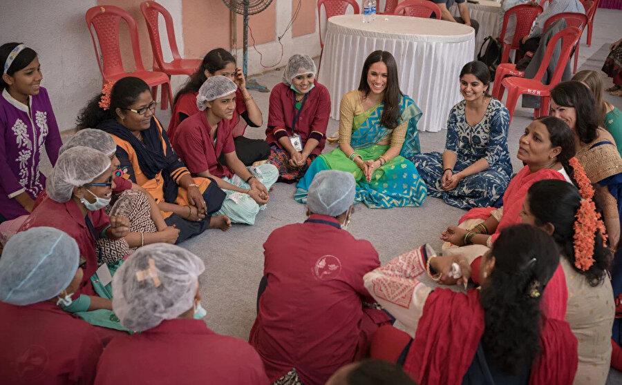 Meghan Markle adını hayır işlerinde de sıkça duyurdu. Afganistan'da bulunan ABD kuvvetlerini ve ailelerini ziyarete gidiyor, Delhi ve Mumbai'de kadınlarla buluşuyor, yardım dernekleri için iş birliği yapıyor.