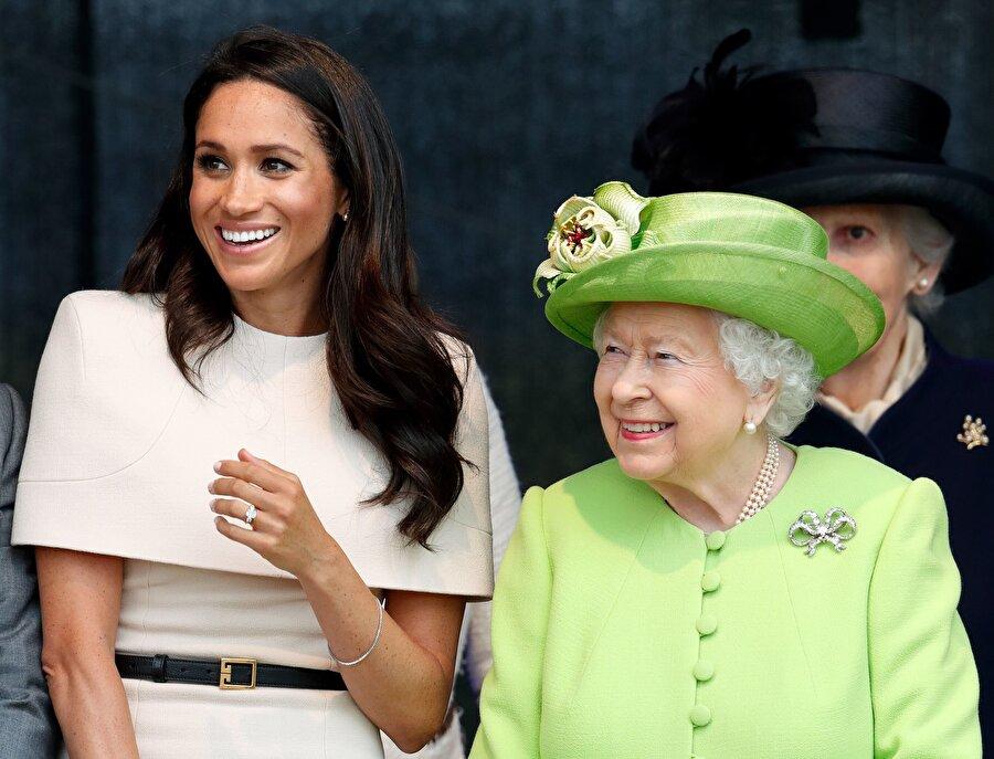 """Kraliçe'nin Meghan Markle'ı bir başka sevdiği konuşuluyor. Bunun nedeni ise Meghan Markle ve kraliçenin annesinin doğum günlerinin aynı olması. Kraliçe Elizabeth'in annesi """"Ana Kraliçe"""" 2002 yılında hayatını kaybetmişti."""