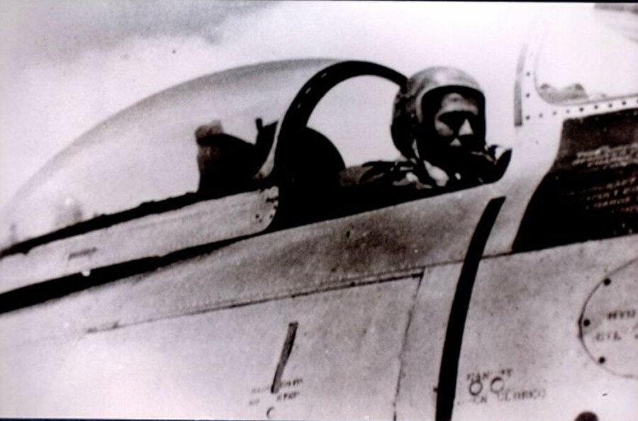 8 Ağustos 1964                                      Rum kesiminin Kıbrıs'taki Türklere karşı işlediği suçlarda caydırıcı etki amacıyla Türk jetlerinin Kıbrıs üzerinde uyarı uçuşu yapmasına karar verilmesinin ardından Pilot Yüzbaşı Topel, 8 Ağustos 1964'te Eskişehir'den Kıbrıs'a, dörtlü kol komutanı olarak gönderildi.