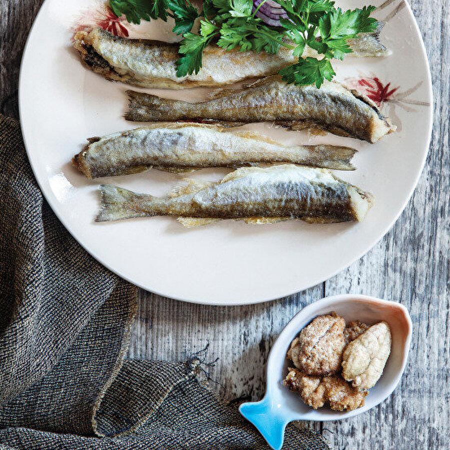 Mezgit ve Havyar Kızartma                                                                                                                Hamsiden sonra en çok tüketilen balıklardan biri olan mezgit, akşam yemekleri için pratik ve favori yemekler arasında yer alıyor. Tarif için: https://www.gzt.com/lokma/mezgit-ve-havyar-kizartma-5415