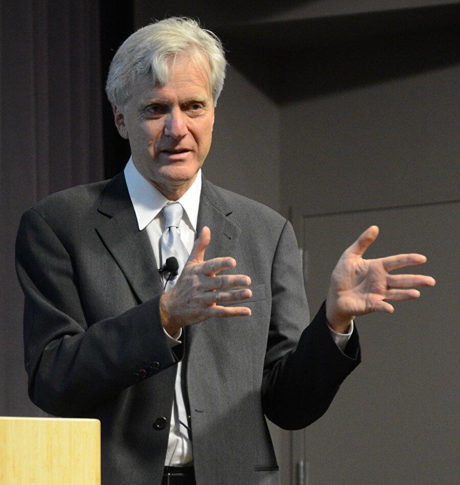 Brin ve Page, Sun Microsystems'in kurucusu Andy Bechtolsheim'den toplamda 100 bin dolarlık yatırım aldı.