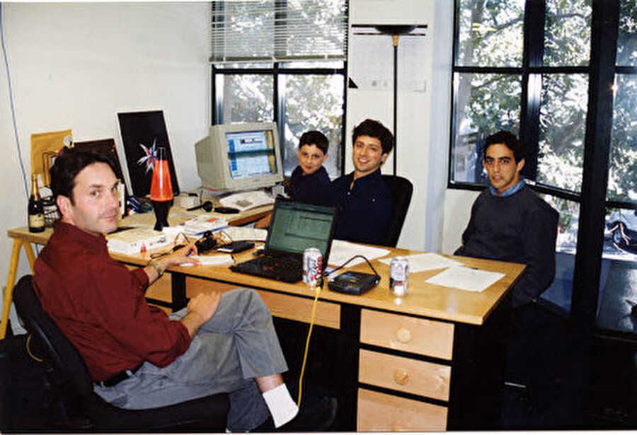 Page ve Brin, sonuç olarak bir iş yapmaya karar vermişti ve 1999'un Mart'ında Google, PayPal ve Logitech gibi şirketleri barındıran aynı ofis binası olan Palo Alto'daki ilk ofisine taşındı.