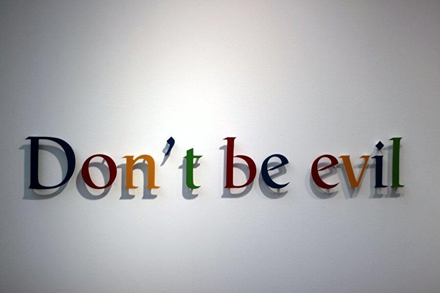Google, 2000'de para kazanmaya başladığında henüz resmî olmayan 'Kötülük Etme' mottusunu kullanmaya başladı.