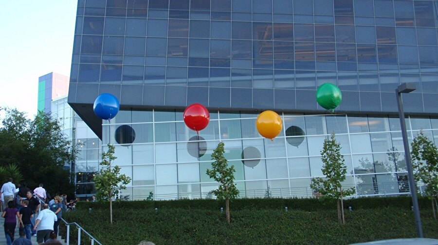 Artık ofise sığmayan Google çalışanları Silicon Graphics International'dan ünlü Googleplex kampüsünü kiraladı. Yıl 2006 olduğunda ise Google, bu merkezi satın alabilecek noktaya geldi.