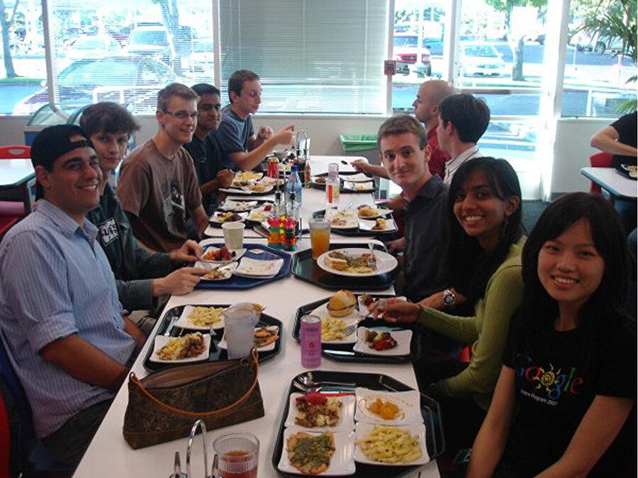 Google ayrıca çalışanlarına ücretsiz yemek veren ilk büyük teknoloji şirketi oldu. Google kafeteryası kısa süre içinde Silikon Vadisi'nin efsanesi haline geldi.