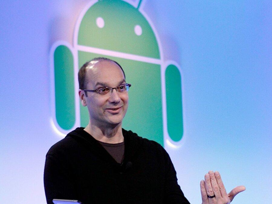 2005'e gelindiğinde ise Google akıllı telefonlar için bir işletim sistemi duyurdu. Andy Rubin tarafından yönetilen bu süreçte sistemin adı 'Android' olarak açıklandı.