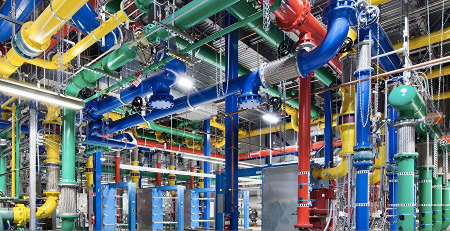 Google, veri merkezlerinde sıra dışı tasarım çalışmalarını sürdürdü. Oregon'daki borular farklı renklerde boyandı.