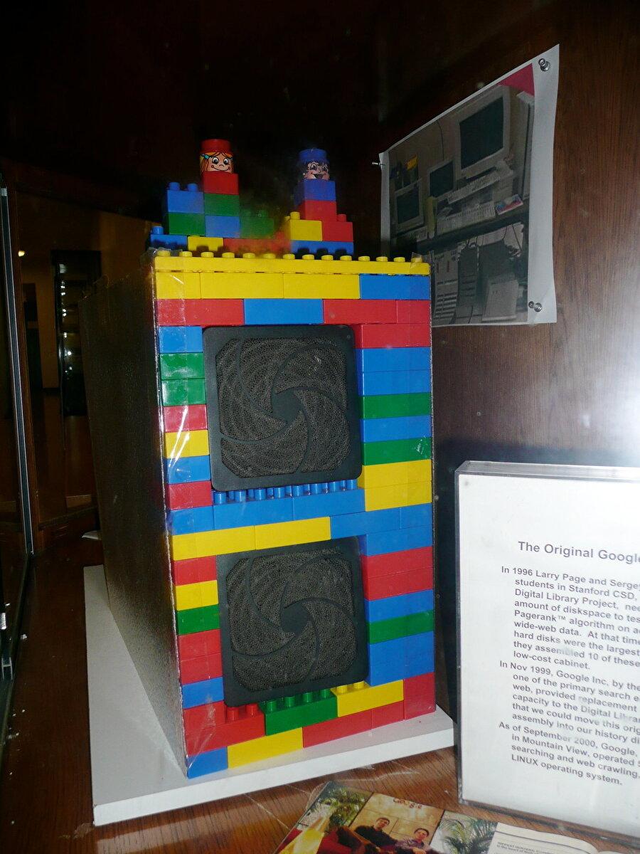 Google'ın ilk sunucusu Lego'dan yapılmış ve Stanford kampüsünde bulunan özel bir kutuda inşa edildi. Arama motoru ilk başta sadece google.stanford.edu adresindeydi. Daha sonrasında ise Google.com alan adı 15 Eylül 1997'de tescil edildi.