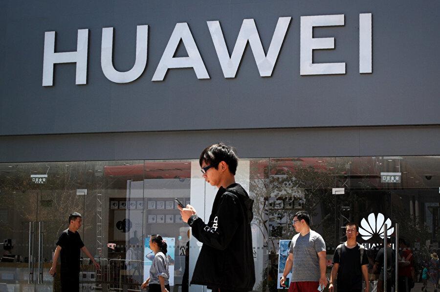 Tanıtım tarihi 19 Eylül 2019 olarak belirlendi                                      Huwei, yakın zamanda Twitter'da paylaştığı bir gönderiyle Mate 30 ailesinin 19 Eylül'de açıklanacağını duyurdu. Yeni cihazların ne zaman piyasaya sürüleceği ise heniz belli değil. Geçen sene Mate 20 ve Mate 20 Pro'nun Ekim sonunda raflara çıktığı düşünülünce aslında Mate 30'un satışları için de bu tarihler öngörülebilir.