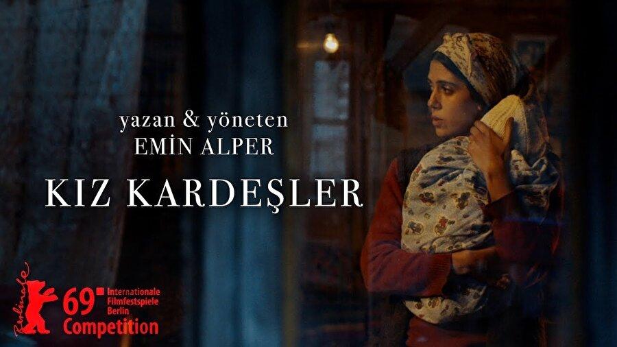 """Kız Kardeşler                                      Dünya prömiyeri 69. Berlin Film Festivali'nde gerçekleşen """"Kız Kardeşler"""", annelerinin vefatından sonra besleme olarak verilen farklı yaşlardaki üç kız kardeşin, köylerine geri dönmeleri sonrası gelişen olayları konu ediniyor. Cemre Ebuzziya, Ece Yüksel, Helin Kandemir, Müfit Kayacan ve Kayhan Açikgöz'ün başrollerinde oynadığı filmin yönetmen koltuğunda Emin Alper oturuyor."""