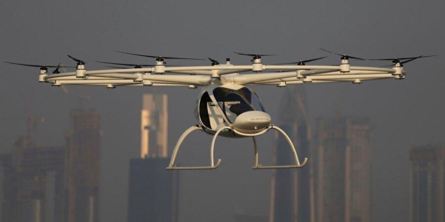 Lityum-iyon pillerle şarj edilebilen uçan taksinin bataryaları beş dakikada değiştirilebiliyor.