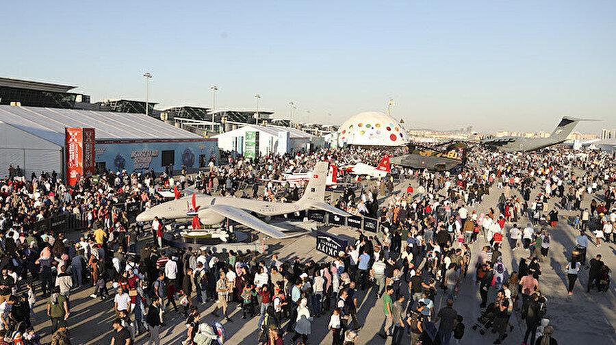TeknoFest rekor kırdı: 1 milyon 720 bin kişi festivale akın etti Türkiye'nin en büyük teknoloji festivali olmasıyla büyük bir öneme sahip olan ve bu nedenle de adından sıkça söz ettiren festivali TeknoFest İstanbul Havacılık, Uzay ve Teknoloji Festivali rekor katılıma imza attı. Her gün neredeyse metro seferlerini durma noktasına getiren festivale bu yıl 1 milyon 720 bin kişi katılım gösterdi.