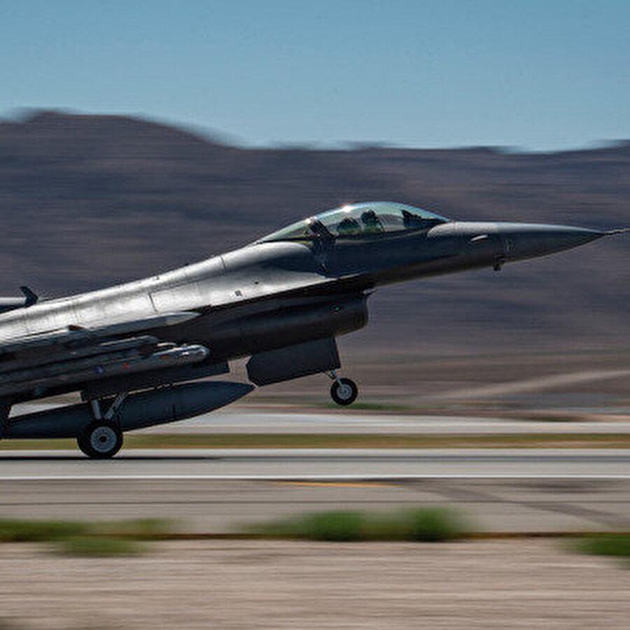 """Türk F-16'lar Suriye hava sahasında Türk Hava Kuvvetleri Komutanlığına bağlı F-16'lar Suriye hava sahasına girdi. MSB'den yapılan açıklamada """"Doğal Kararlılık Harekatı kapsamında Hava Kuvvetleri Komutanlığına ait iki F-16 ile 10.00-12.00 arasında Suriye hava sahasında uçuş icra edildi"""" denildi. F-16'lar iki saat boyunca hava sahasında kaldı."""