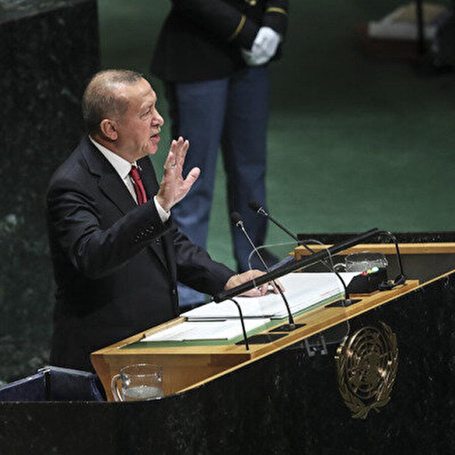 Cumhurbaşkanı Erdoğan'dan BM Genel Kurulu'nda dünyaya ders verdi Cumhurbaşkanı Erdoğan, BM Genel Kurulu'nda dünya kamuoyunun tepkisini çeken kritik başlıklara ilişkin çok önemli açıklamalarda bulundu. Erdoğan; İsrail'in Filistin'i işgaline, giderek artan göçmen krizine, gelir adaletsizliğine, Cemal Kaşıkçı'nın hala neticelenmeyen cinayetine ve terör sorununa dikkati çekti. Konuşması esnasında Aylan bebeğin ölümünü de hatırlatan Cumhurbaşkanı Erdoğan, kurul tarafından uzun alkış aldı.