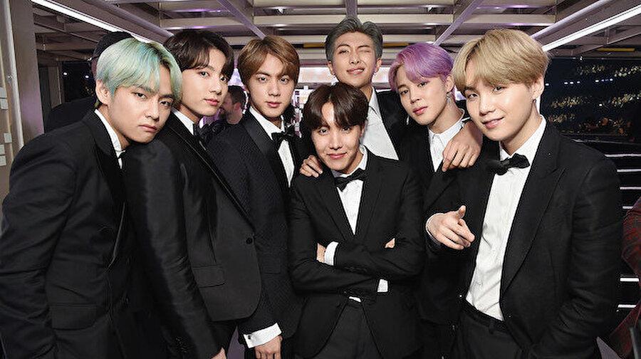 Güney Kore'nin ünlü müzik grubu BTS askerlik yolunda Güney Kore'nin dünyaca ünlü müzik grubu BTS üyeleri askere gidecek. Kore'deki erkeklerin, zorunlu olarak 18 ile 28 yaş arasında askere gitmeleri gerekiyor. Bu kapsamda grubun en geç üyesinin ise 22 yaşında olduğu biliniyor. Ayrıca BTS üyelerinin askere gitme ihtimaliyle ilgili olarak hayranları için bir mobil oyun geliştirildi.