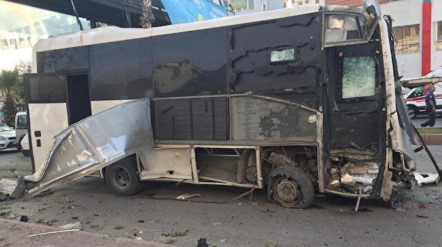 """Çevik kuvvet otobüsüne bombalı saldırı Adana'nın Yüreğir ilçesinde polis özel harekat servis aracına bombalı saldırı düzenlendi. Adana Valisi, 1'i polis memuru olmak üzere 5 kişinin hafif yaralandığını belirtti. Yetkililer, servis aracının zırhlı olmasının büyük bir faciayı engellediği belirtiyor. Adana Cumhuriyet Başsavcısı Ömer Faruk Yurdagül, """"Saldırının bir terör saldırısı olduğunu değerlendiriyoruz"""" dedi."""