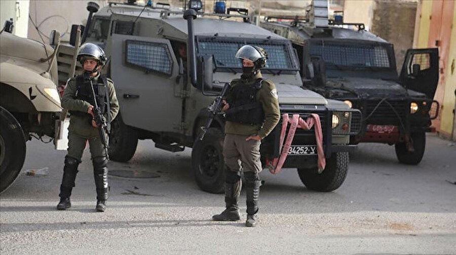 """İsrail, Filistinli bakanı gözaltına aldı İsrail güçleri, Filistin'in Kudüs İşleri Bakanı Fadi el-Hedmi'yi gözaltına aldı. Hedmi'nin Doğu Kudüs'teki evine düzenlenen baskın akıllara Cumhurbaşkanı Erdoğan'ın dün Birleşmiş Milletler Konseyi'nde yaptığı konuşmayı getirdi. Erdoğan, """"Ben merak ediyorum bu İsrail neresidir? Bu İsrail'in toprakları nereleri kapsıyor?"""" diyerek tepki göstermişti."""
