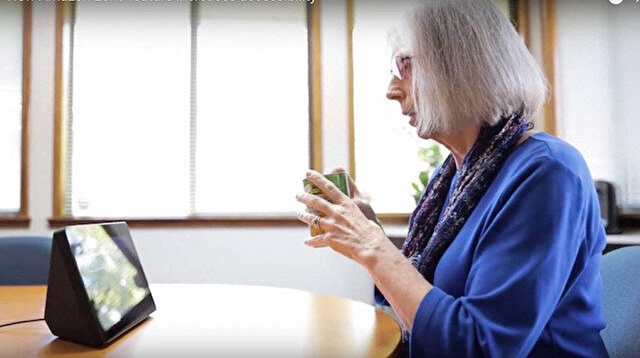 Amazon Echo Show, görme engelliler için Göster ve Anlat özelliğiyle nesneleri tanımlıyor Amazon, Echo Show için yayınladığı yeni güncellemeyle nesneleri tanımlama özelliği sunmaya başladı.  Böylece artık asistanın karşısına getirilen ve kameradan analiz edilen nesnelerin ne olduğu bilgisi veriliyor.