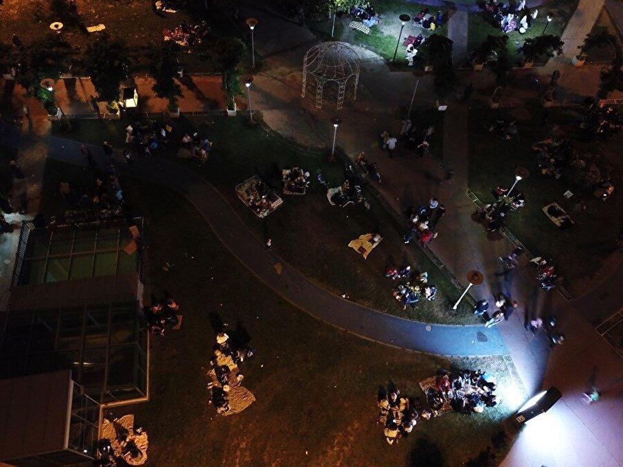 Park ve bahçelerde bekleyişlerini sürdürenlerin birçoğu ise sabaha kadar evlerine girmeyeceğini kaydetti.