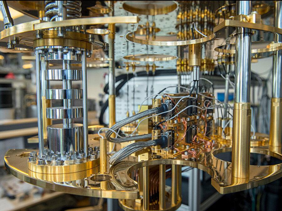 Kuantum hesaplama kolayca şifreleri kırabiliyor Google, geçen ay 'kuantum üstünlüğünü' ilan edecek şekilde gelişmiş şekilde çalışan bir kuantum bilgisayar inşa ettiğini açıkladı. Bu duyuru aslında bir dönüm noktasıydı. Kuantum bilgisayarlar bu amaçla henüz bilgisayar korsanları tarafından kullanılmamasına rağmen uzmanlar teknolojinin gelecek yıllarda korsanların eline geçebileceğinden endişe duyuyor. Banka gibi kuruluşların yıllarca korudukları şifreleri veri setlerini tehdit ediyor.