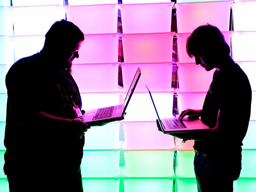 İnternette artık daha fazla operasyonel fonsiyon gerçekleşiyor Şirketler ve devlet kurumları, internetin getirdiği verimlilikle performansını üst düzeye çıkarıyor. Ancak bunun yapılması beraberinde güvenlik maliyetlerini de getiriyor.