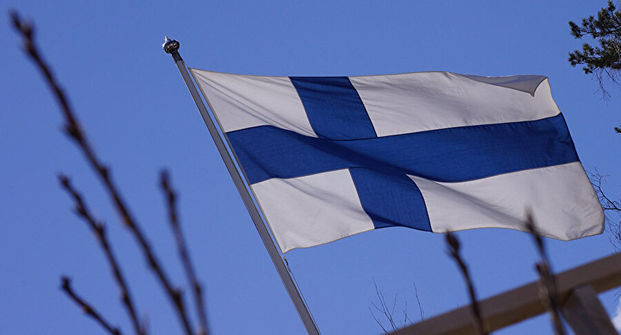 """Finlandiya                                      Finlandiya Başbakanlığı'ndan yapılan açıklamada Türkiye'nin Suriye'nin kuzeyine yaptığı harekâtın """"insanı sonuçlarından"""" endişe duyduklarını ifade etti ve daha çok kişinin yerinden edilebileceği vurgulandı. Finlandiya Başbakanı Antti Rinne, Türkiye veya """"savaş halindeki herhangi bir ülke ile"""" silah ticareti yapılmayacağını ifade etti."""
