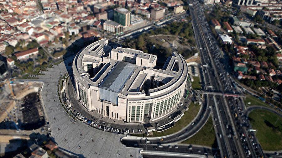 Çağlayan Adliyesi'nde bir kişi intihar etti İstanbul Çağlayan'daki Adalet Sarayı'nda bir kişi üst katlardan atlayarak intihar etti. Hayatını kaybeden şahısla ilgili inceleme devam ederken olay sırasında adliyede panik havası hakim.