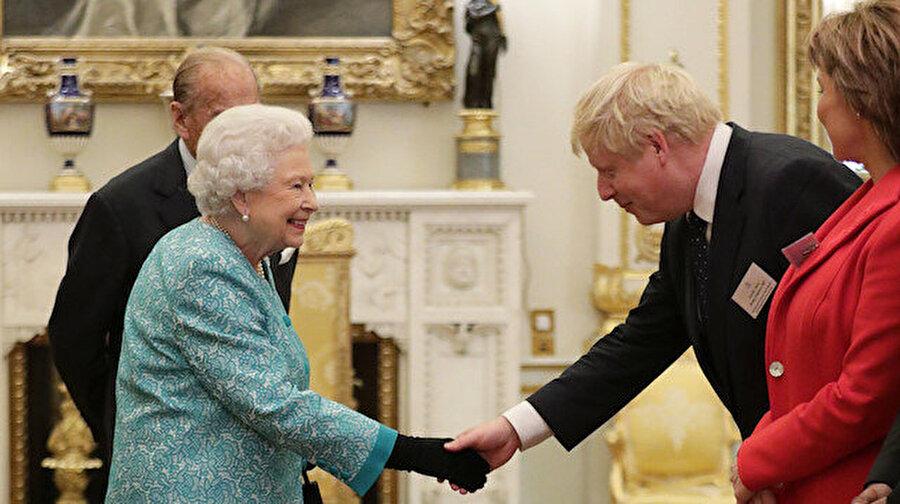 Boris Johnson istedi, Kraliçe onayladı: İngiltere'de parlamento feshedildi İngiltere Başbakanı Boris Johnson, erken seçime gidileceği gerekçesiyle kritik adımlar atıyor. Kraliçe 2. Elizabeth'ten parlamentonun feshedilmesi için izin isteyen Johnson'ın talebi kabul edildi. Erken seçime gitme sürecinin başlamasıyla birlikte İngiltere Parlamentosu feshedildi.