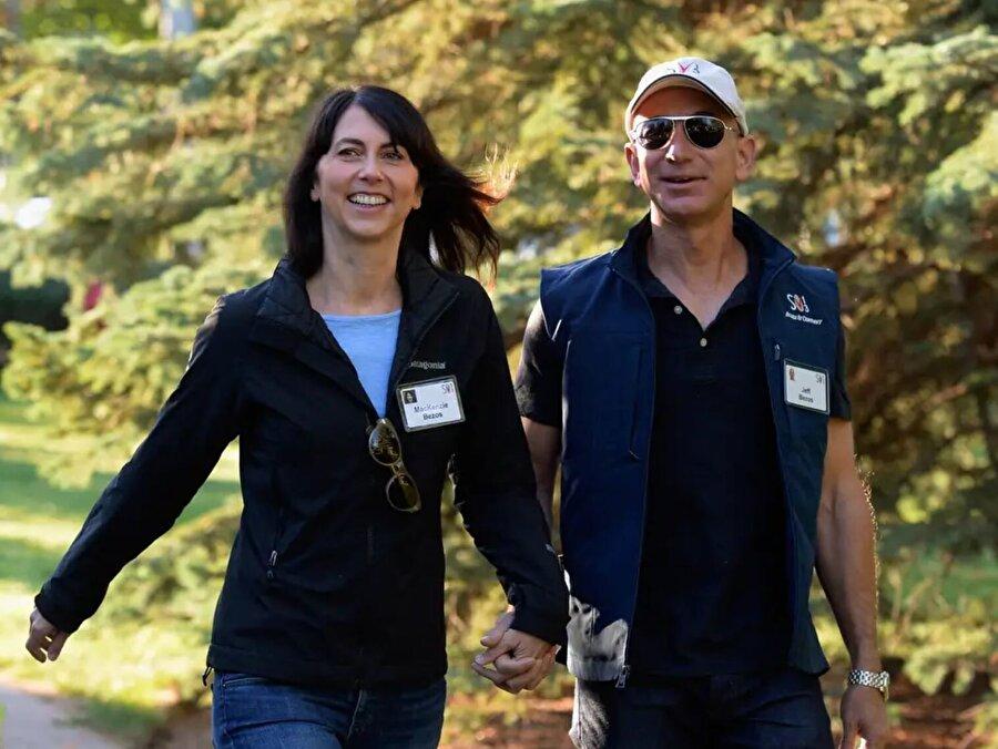 Aynı yıl Eşi MacKenzie Bezos ile birlikte Sun Valley'de 'milyarderlerin yaz kampına' katıldılar.
