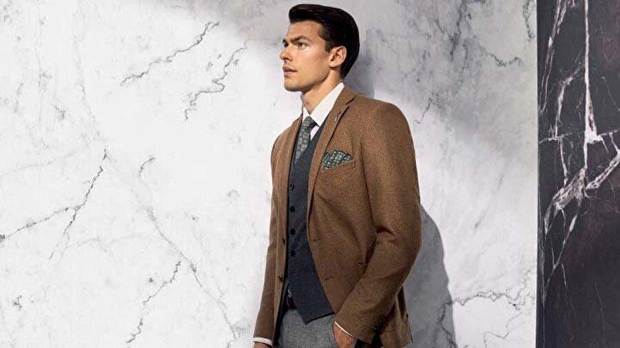 3. Aksesuarlar ile Yeni Bir Boyut Kazandırmak                                                                                                                                                                                                                                                                                                                                                                                                                         Takım elbiselerinizle uyumlu şekilde kullandığınız aksesuarlar, görünümünüzü terfi ettirecek önemli detaylardandır. Mendiller, kol düğmeleri, kaşkollar, kravatlar ve kemerler küçük, özel ve seçkin parçalardır. Birden fazla detayı bir arada kullanırken göz önünde bulundurmanız gereken bazı nüanslar var. Örneğin, kravat ile birlikte kullanılan mendiller aynı desende olmamalıdır.