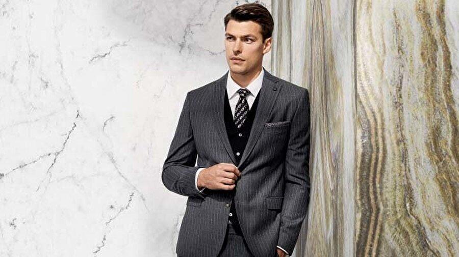 4. Doğru Kravat, Doğru Kullanım                                                                                                                                                                                                                                                                                                                                                                                                                         Kravat; ceket, pantolon ve gömlek üçlüsünün ayrıştırıcı bir görüntüye sahip olmasını sağlamaktadır. Kravatınızın rengini ve desenlerini seçerken bulunacağınız ortama göre çeşitlendirebilirsiniz. Formal alanlarda görünümünüze ciddiyet katmak için gömleğinizden daha koyu bir kravat seçebilirsiniz. Tarzınızı hareketlendirmek istediğinizde ise desenli seçeneklerden faydalanabilirsiniz. Görünümünüze uygun seçtiğiniz kravatınızı kemerinizi geçmeyecek uzunlukta bağladığınızda tarzınızı farklılaştıran detayları tamamlamış olacaksınız.