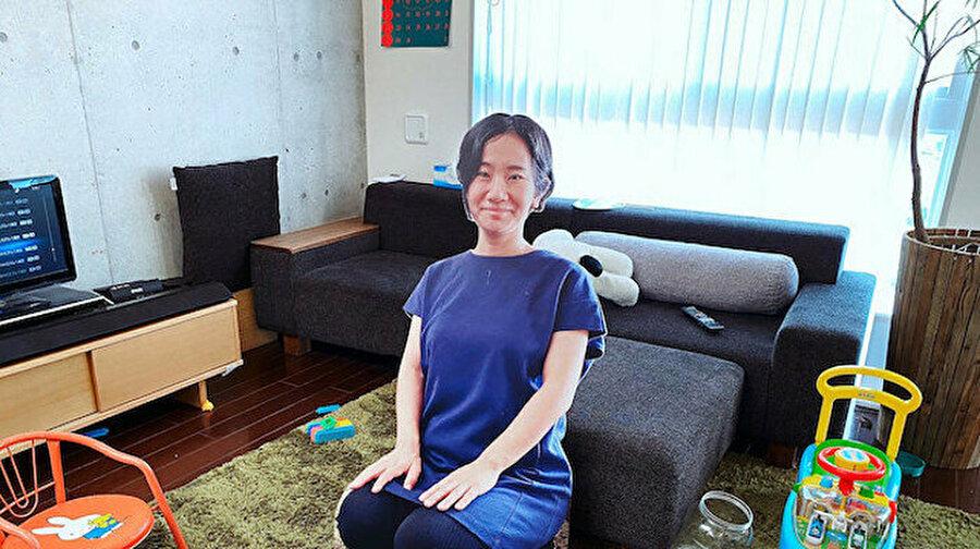 Çocuğu ağlamasın diye kendi maketini yaptırdı Japonya'da yaşayan Fuki Sato isimli anne bir yaşındaki küçük oğlunun ağlamasına engel olmak için gerçek boyutlu karton maketlerini yaptırdı. Konuyla ilgili açıklama yapan Fuki'nin eşi,''Annesi ortadan kaybolduğu anda oğlumuz ağlamaya başlıyor, bu çok zor. Bu yüzden ben de önlem olarak gerçek boyutlu bir maket olsaydı ne olurdu diye düşündüm'' dedi.